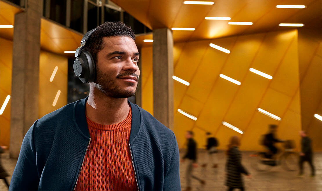Man wearing Jabra Elite 85h in public